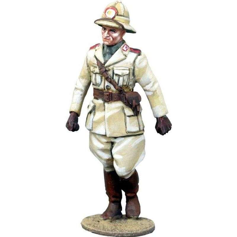 WW 149 Oficial infantería italiana marchando Africa