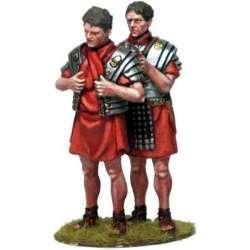 Legionarios poniéndose armadura